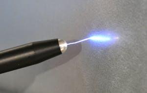 Auf dem Bild ist zu sehen wie sich ein Stift elektrostatisch über die Luft entläd. Dabei enstehen Funken.