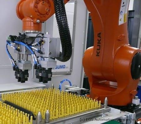 Kuka Roboter mit speziellem Greifwerkzeug