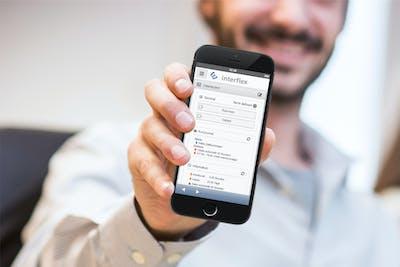Anwendung einer mobilen Zeiterfassung mit dem Smartphone.