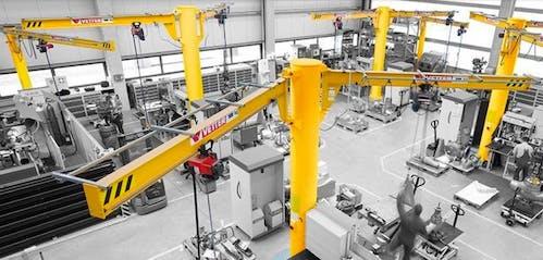 Säulenschwenkkran in einer Industriehalle mit Schwenkkranen